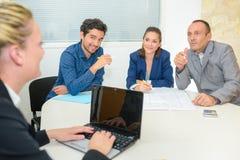 Gruppengeschäftsleute, die Sitzung im Büro haben lizenzfreies stockfoto