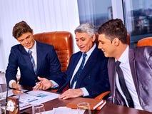 Gruppengeschäftsleute im Büro Lizenzfreies Stockbild