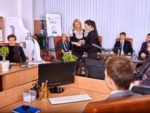 Gruppengeschäftsleute im Büro Lizenzfreie Stockbilder