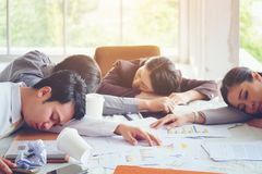 Gruppengeschäftsschlaf nach Sitzungen arbeitet an versucht der Schaffung a Stockfotografie