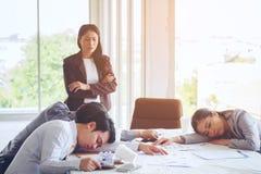 Gruppengeschäftsschlaf nach Sitzungen arbeitet an versucht der Schaffung a Lizenzfreie Stockbilder