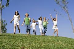 Gruppenkinder, die Rennen laufen lassen stockfotos