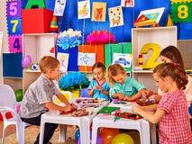Gruppenkinderform vom Plasticine in der Grundschule Stockbilder
