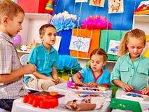 Gruppenkinderform vom Plasticine im Kindergarten Lizenzfreies Stockbild