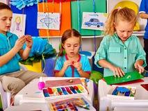 Gruppenkinderform vom Plasticine im Kindergarten Stockfotografie