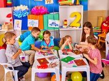 Gruppenkinderform vom Plasticine im Kindergarten Stockfoto