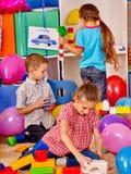 Gruppenkinderspielblöcke auf Boden Lizenzfreies Stockbild