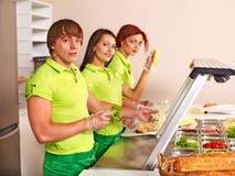 Gruppenleute an der Cafeteria Stockbild