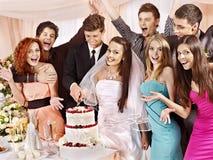 Gruppenleute an der Hochzeitstafel. stockbilder