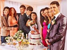 Gruppenleute an der Hochzeitstafel Stockfoto