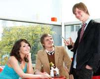 Gruppenleute, die im Kaffee sprechen. Stockfoto