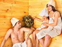 Gruppenleute im Hut an der Sauna. Lizenzfreie Stockfotos