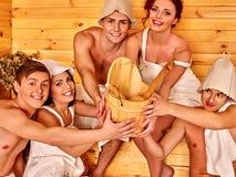Gruppenleute im Hut an der Sauna Lizenzfreie Stockfotografie