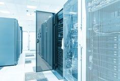 GruppenMagnetplattenspeicher mit der Tür offen im Rechenzentrum Große Daten Lizenzfreies Stockbild
