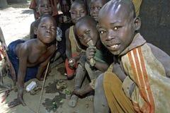Gruppenporträt des Spielens von Kindern, Uganda Lizenzfreie Stockfotos