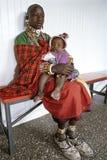 Gruppenporträt Kenyan Maasai-Mutter und -tochter Lizenzfreie Stockfotografie