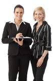 Gruppenporträt von eleganten glücklichen Büroangestellten Lizenzfreie Stockfotos
