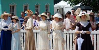 Gruppenporträt von modernen Frauen in der Weinlese kleidet an Lizenzfreies Stockfoto