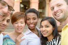 Gruppenporträt von multikulturellen jungen Leuten stockbild