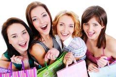 Gruppenportrait der Mädchen mit Einkaufenbeuteln Stockbild