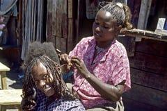 Gruppenporträt des Friseurs und des lachenden Kunden Stockbilder