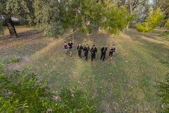 Gruppenrütteln Junge Leute, die in Park laufen Leute laufendes outd Lizenzfreies Stockfoto