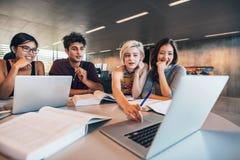 Gruppenstudie für Schulaufgabe lizenzfreie stockbilder