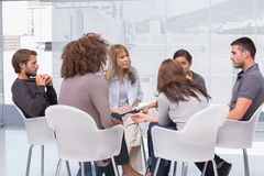 Gruppentherapie in der Sitzung Lizenzfreies Stockbild