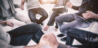 Gruppentherapie in der Sitzung, die auf Stuhl sitzt Stockbilder