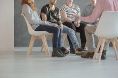 Gruppentherapie für Jugendliche stockfoto