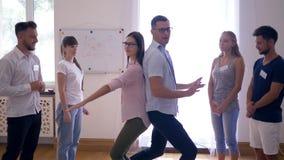 Gruppentherapie, Paar führt eine Übung durch und Team applaudieren sie zuhause stock video footage