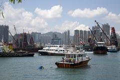Gruppenwolkenkratzer und -boote im Pier Hong Kong lizenzfreies stockfoto