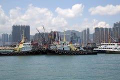 Gruppenwolkenkratzer und -boote im Pier Hong Kong lizenzfreie stockfotos