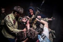 Gruppenzombie-Angriffssoldat mit Gewehr Stockfoto