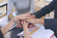 Grupper av att sätta händer tillsammans, teamworksamhörighetskänslasamarbete, teamworkbegrepp arkivbild