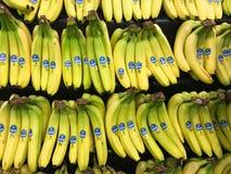 Grupper av Chiquita knäpp till salu i en jordbruksprodukteravdelning av en livsmedelsbutik arkivbild