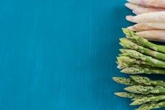Grupper av gröna och vita sparriers på en bästa sikt för blå träbakgrund fotografering för bildbyråer