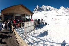 Grupper av handelsresanden på jadedrake snöar berget, Royaltyfri Bild