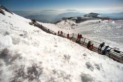 Grupper av handelsresanden på jadedrake snöar berget, Arkivfoton