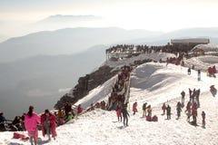 Grupper av handelsresanden på jadedrake snöar berget, Arkivbilder