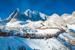 Grupper av handelsresanden på jadedrake snöar berget Royaltyfri Fotografi
