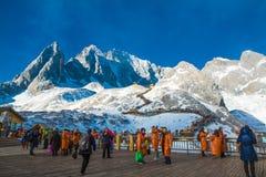 Grupper av handelsresanden på jadedrake snöar berget Arkivbild