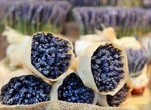 Grupper av lavendelar, gata marknadsför Royaltyfria Foton