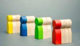 Grupper av mångfärgat träfolk Begreppet av marknadssegmentering Målåhörare, kundomsorg Marknadsgrupp av köpare arkivbild
