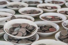 Grupper av mynt i tefaten Royaltyfria Bilder