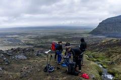 Gruppera att fotvandra den glaciärHvannadalshnukur toppmötet i Island, bergvulkan somlandskapet Vatnajokull parkerar Royaltyfri Foto
