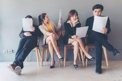 Gruppera barn och vuxna människan av för jobbintervjun för asiatiskt folk väntande på rekrytering Sökanden som väntar på ett jobb royaltyfri bild