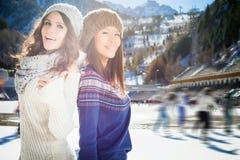 Gruppera den härliga tonåringflickaskridskoåkningen som är utomhus- på isisbanan Arkivfoton