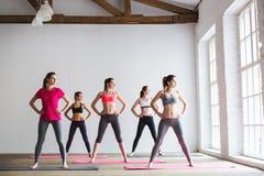 Gruppera kvinnor som gör yoga, kondition och övning Arkivbild