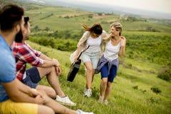 Gruppera od-ungdomarsom har gyckel på en tur i natur arkivfoton